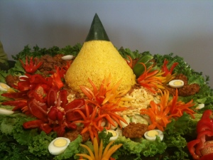 My mum recently made this nasi tumpeng for a friend's wedding